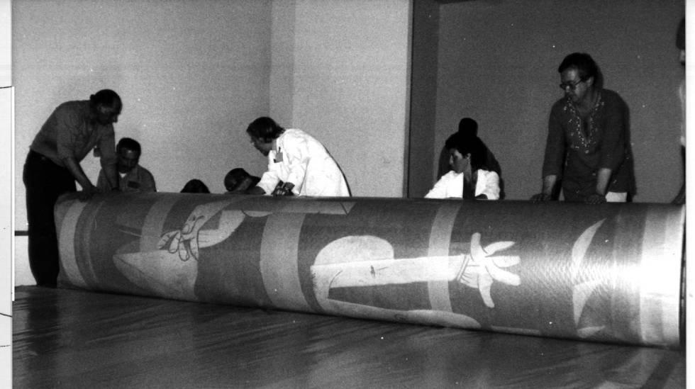 Los operarios del MoMA recogen el 'Guernica' para su traslado a Madrid, el 9 de septiembre de 1981.