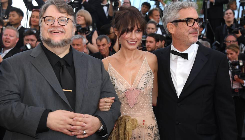 Desde la izquierda, Guillermo del Toro, Sherezade Goldsmith y Alfonso Cuarón, el martes en Cannes.