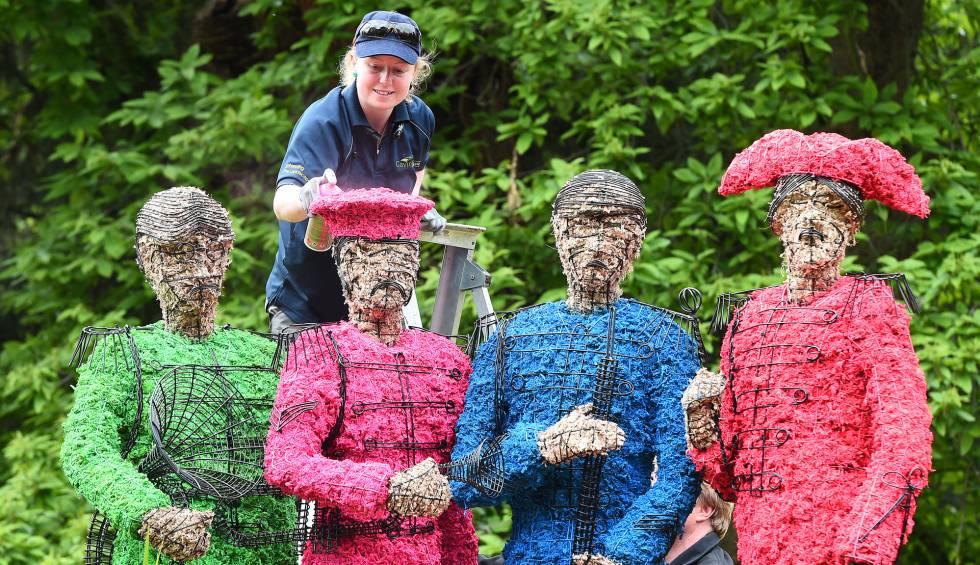 Una jardinera prepara una instalación conmemorativa del 50 aniversario de 'Sgt. Pepper's Lonely Hearts Club', en los jardines de Chiswick House, en Londres.