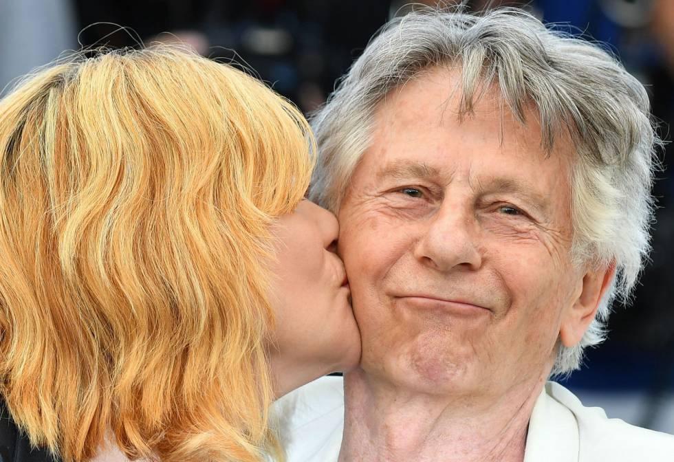 La actriz Emmanuelle Seigner besa a su marido, Roman Polanski, antes de la rueda de prensa de 'D'Après une histoire vraie'.
