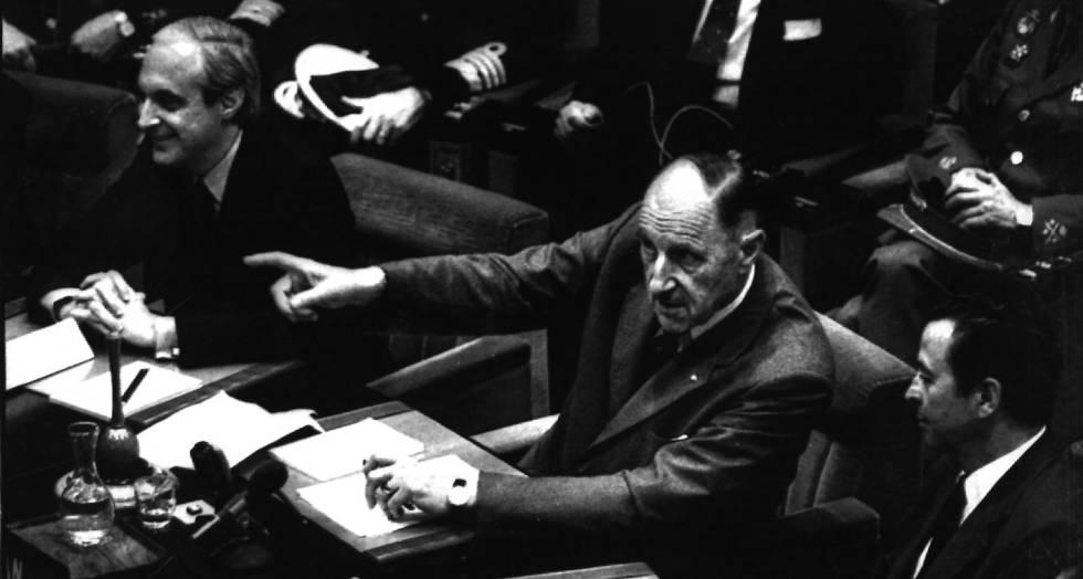 El presidente de la OTAN, Joseph Luns (centro), cede la palabra al ministro español de Exteriores, Pérez Llorca (izquierda), por primera vez en una reunión de la OTAN tras la entrar España en la organización, en junio de 1982.