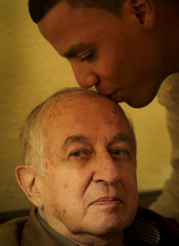 Juan Goytisolo, en noviembre de 2014 en su casa de Marrakech con su ahijado Jalid.