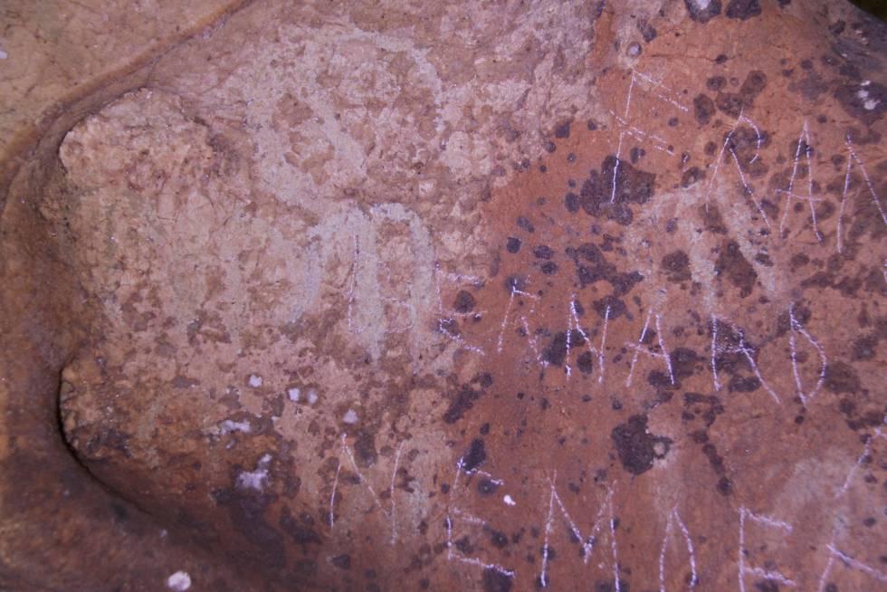 Foto sobre los daños en las pinturas rupestres de la Cueva de la Victoria, remitida por el Ayuntamiento.