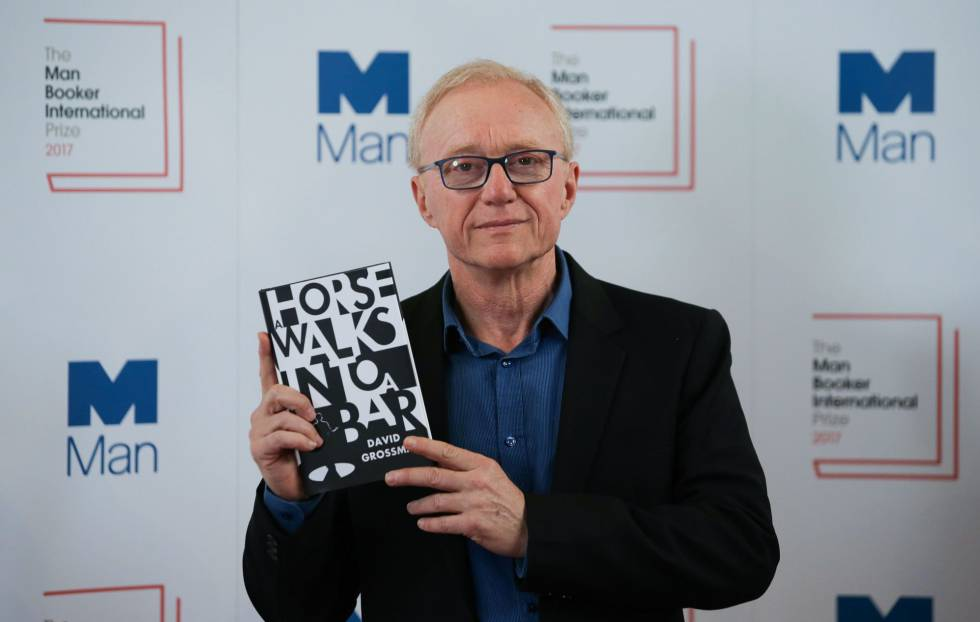 El escritor israelí David Grossman posa con su novela 'A Horse Walks Into a Bar', por la que ha ganado el Man Booker.rn