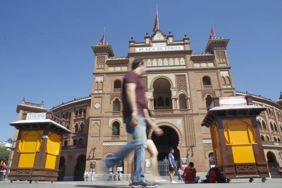 La plaza de toros de Las Ventas, con las banderas a media asta en homenaje al torero Iván Fandiño.