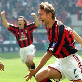 Shevchenko, en primer plano, y Pirlo, celebran el gol que a la postre ha dado el 'Scudetto' al Milan.