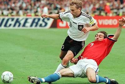 Thomas Hassler se faja del checo Nemec en 1996.