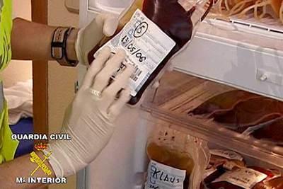 Un agente sostiene una bolsa de sangre congelada durante uno de los registros practicados en la operación
