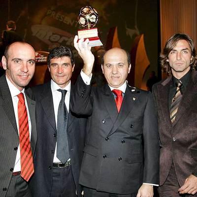 El presidente del Sevilla, Jose María Del Nido, sostiene, junto a Monchi, Juande Ramos (entrenador) y Javi Navarro, el trofeo que acredita al Sevilla como mejor equipo del mundo en 2006.