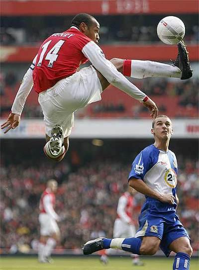 Henry, en un encuentro con el Arsenal