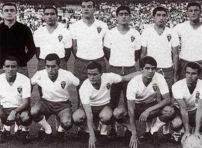 Formación del Real Zaragoza con los cinco magníficos, campeonesd e la Copa en al año 1964. Agachados de izquierda a derecha : Canario, Santos, Marcelino, Villa, Lapetra.