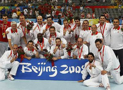 Los jugadores de la selección española de balonmano posan con la medalla de bronce.