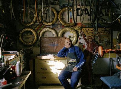 Lötzsch, en su taller, con su viejo delantal de mecánico