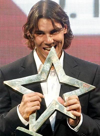 Rafa Nadal mordiendo el I Premio Internacional del Deporte de la Comunidad de Madrid, en una foto de archivo.
