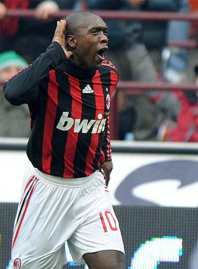 Clarence Seedorf celebra su gol frente al Cagliari.