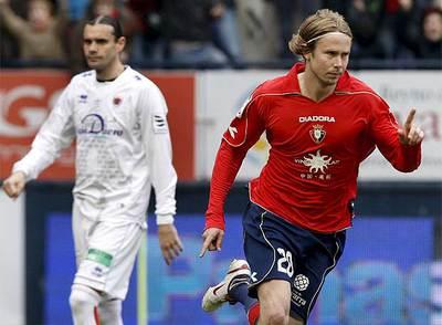 Plasil celebra su gol, con el jugador de Osasuna Sergio Ortega detrás.