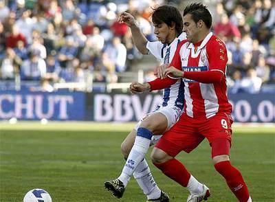 Negredo y Nayar disputan un balón durante el encuentro.