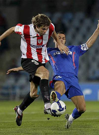 Casquero intenta robar el balón a Llorente en un lance del partido.