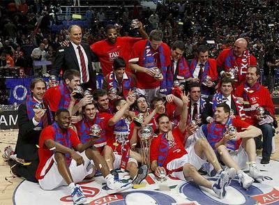El equipo vitoriano celebra la victoria en la final de la Copa del Rey tras vencer al Unicaja en la prórroga