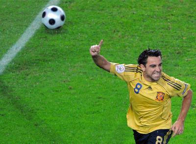 Xavi celebra el primer gol de España, marcado por él, en las semifinales de la Eurocopa contra Rusia (3-0).
