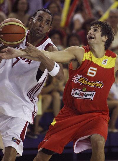 El base de la selección española, Ricky Rubio, intenta robar la pelota al jugador de la selección cubana Alexis Lebastida.
