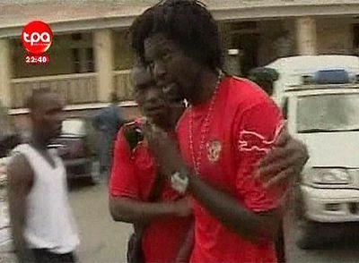 Adebayor tras salir del hospital, donde ha llevado a sus compañeros heridos.