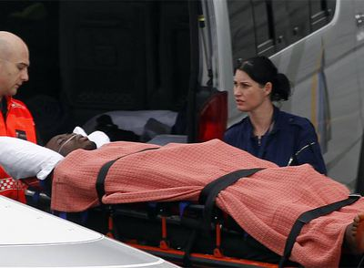 El portero Obilale es evacuado al hospital de Johanesburgo para recibir tratamiento médico.