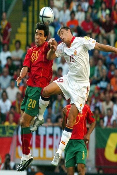 Deco y Joaquín disputan un balón en la Eurocopa de Portugal 2004.