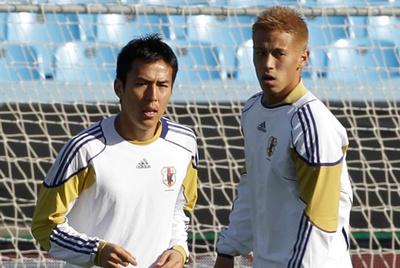 Hasebe, a la izquierda, se entrena junto a Honda.