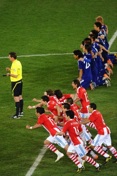 La selección paraguaya celebra el gol de Cardozo, que les clasifica para cuartos.