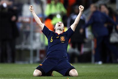 Iniesta celebra el triunfo sobre Holanda arrodillado sobre el césped del Soccer City de Johanesburgo.