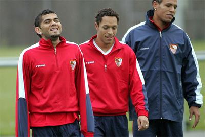 Dani Alves y Adriano Correia, durante su etapa como futbolistas del Sevilla