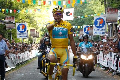 Alberto Contador, con el jersey amarillo del ganador del Tour de Francia