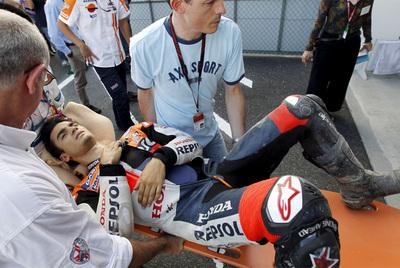 Dani Pedrosa es trasladado en camilla al centro médico del circuito de Motegi.