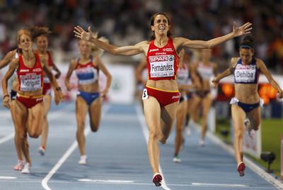 Nuria Fernández cruza primera la meta, ante la mirada de Natalia Rodríguez.