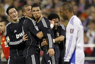Özil, Pepe y Marcelo felicitan a Cristiano por su gol en La Romareda.