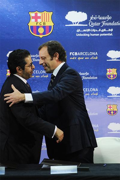 Sandro Rosell, junto al director de Qatar Sports Investment, Saif Ali Al Hajari, tras anunciar el acuerdo.