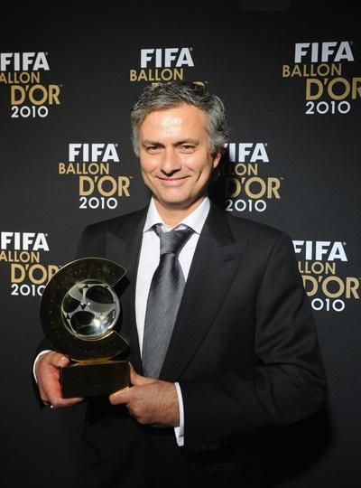 El entrenador del Real Madrid, José Mourinho, posa con el Balón de Oro, que le acredita como mejor técnico de 2010.
