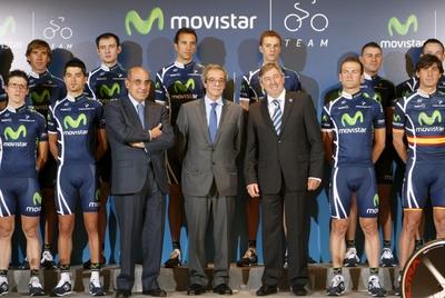 Ciclistas del equipo Movistar, junto al presidente de Telefónica, César Alierta (en el centro), el secretario general técnico de presidencia de Telefónica, Luis Abril, y el director equipo, Eusebio Unzue.