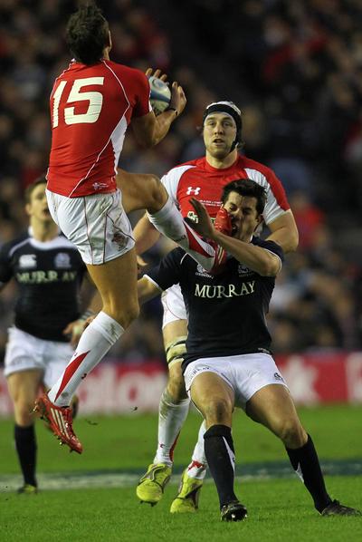 El galés Byrne golpea con los tacos en la cara del escocés Southwell.