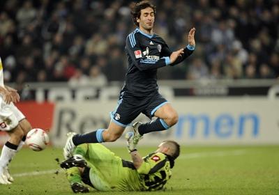 Raúl disputa un balón durante el encuentro.