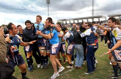 Los jugadores del C. R. La Vila celebran la consecución del campeonato de División de Honor de rugby.