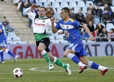 Lacen y Casquero pelean un balón durante el partido.