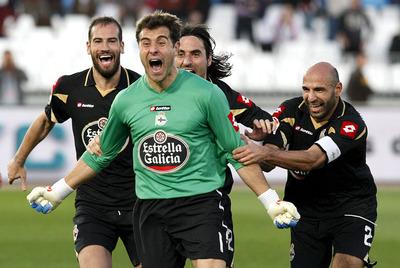 El portero del Depor, Dani Aranzubia, empata de cabeza en Almería con el descuento ya cumplido.