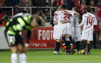 El Sevilla hace una piña tras el gol de Rakitic