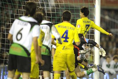 Nilmar marca el gol del empate pese a la estirada de Toño.