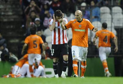 Bruno celebra el segundo gol de su equipo. Detrás Gabilondo se lamenta.