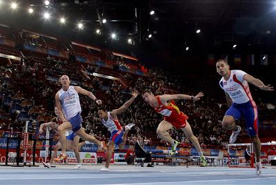 Momento de la llegada de la final de 60m vallas del Europeo de pista cubierta.