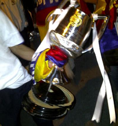 Foto facilitada por un aficionado en la que se aprecia el estado en que quedó la Copa del Rey tras caerse la pasada madrugada de las manos de Sergio Ramos camino de La Cibeles de Madrid.