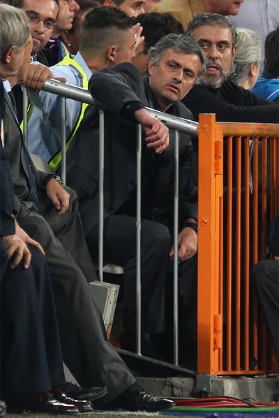 Mourinho, en la grada, tras ser expulsado.